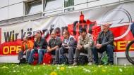 Müde Kämpfer: Teilnehmer der Demonstration vor dem Opelwerk in Eisenach