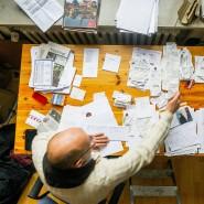 Den Überblick behalten: Ein Mann ordnet seine Ausgabenbelege für die jährliche Steuererklärung