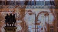 Lichtkunst: 2016 wurde ein Tausend-Mark-Schein auf die Fassade einer Filiale der Deutschen Bank am Roßmarkt projiziert.