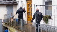 """Polizisten im Einsatz, als sie am 3. Mai in das """"Horror-Haus"""" von Höxter eindringen."""