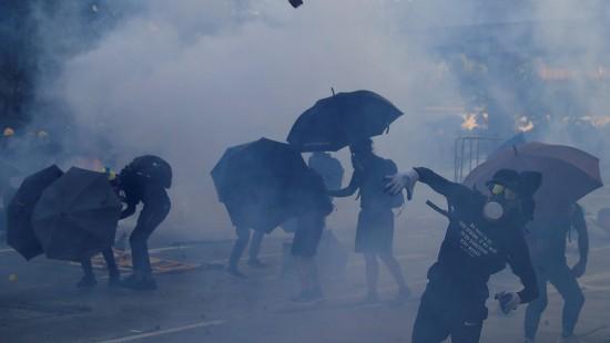 China feiert, Hongkong trauert