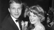 Momentaufnahme aus einer langen Karriere: Hardy Krüger im Jahr 1959 mit Romy Schneider auf dem Berliner Filmball.