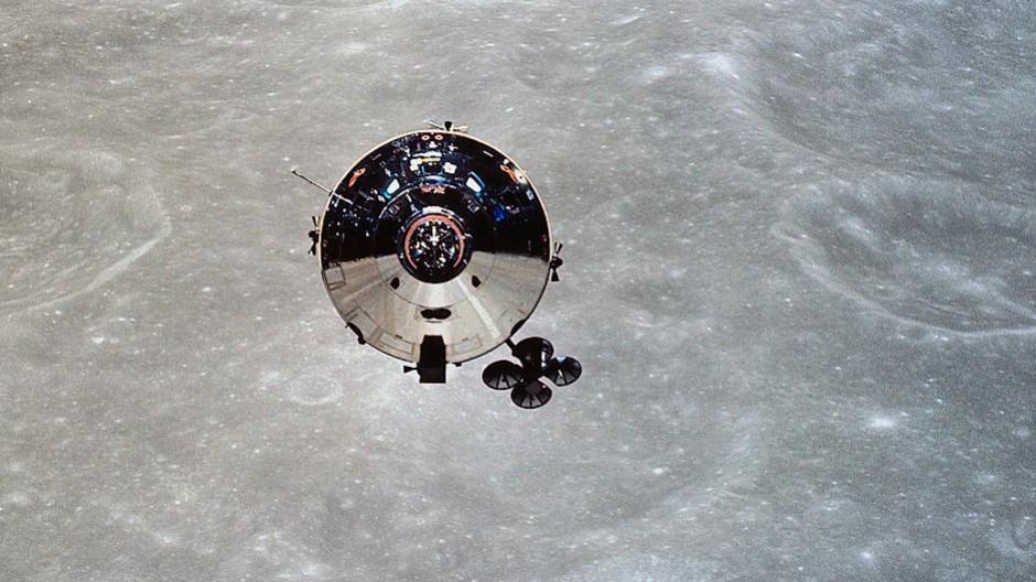 Blick von der Landefähre Snoopy auf das Mutterschiff der Apollo-10-Mission, genannt Charlie Brown