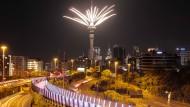 Auckland: Ein Feuerwerk wird vom Sky Tower aus gestartet, um den Jahreswechsel zu feiern.