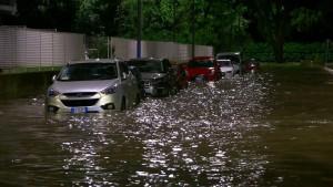 Regenfälle überschwemmen Mailands Straßen