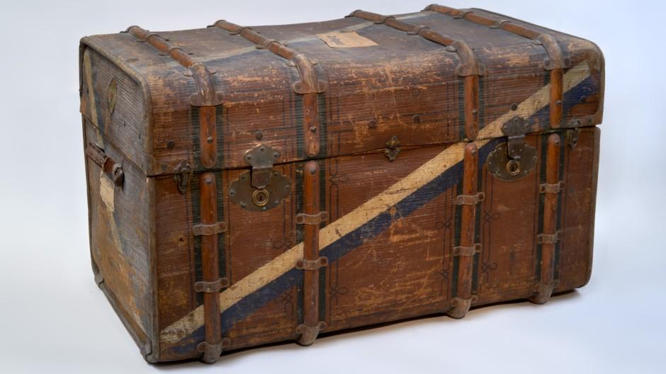 Umzugsgut: Renate Adlers Koffer für die Reise nach England