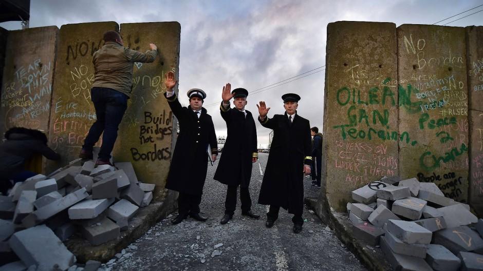 """Herbeigeredetes Unglück? Mitglieder der """"Grenzorte gegen den Brexit"""" verkleideten sich als Zöllner und bauten eine Mauer, um vor einer Grenze zu warnen."""