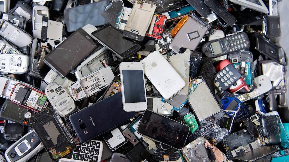 Die Grünen wollen eine Pfandabgabe auf Handys einführen.
