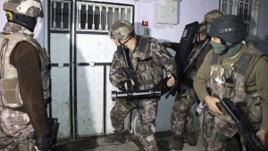 Fast 400 mutmaßliche IS-Anhänger in Türkei festgenommen