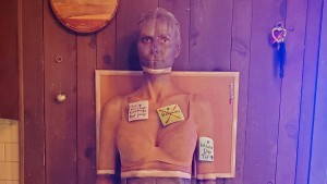 Heidi Klum verkleidet sich als Wand