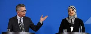 Bundesinnenminister Thomas de Maizière und Gulbahar Erdem, Expertin für die Religion des Islams, auf der Deutschen Islam Konferenz am 14. März in Berlin