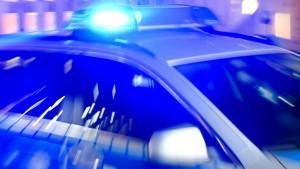Polizisten und Drogenbesitzer rangeln auf Gleisen