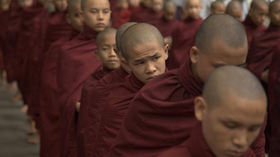 Novizen in einem Kloster in der Nähe von Mandalay stehen in Reih' und Glied.