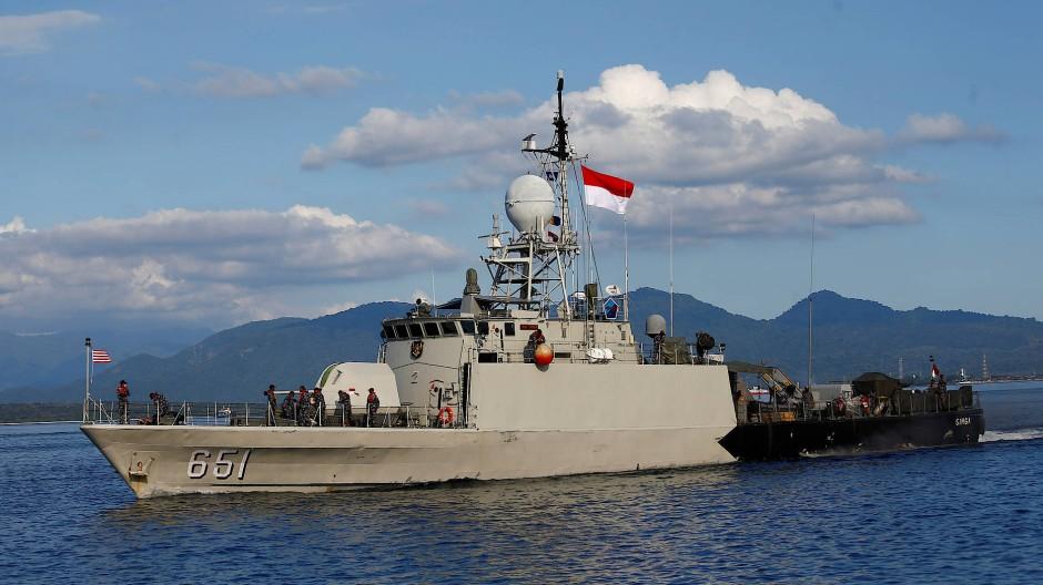 Ein Schiff der indonesischen Marine beteiligt sich an der Suche nach dem vermissten U-Boot.