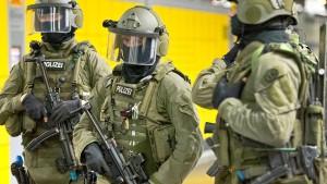 Polizei nimmt drei mutmaßliche IS-Mitglieder fest