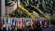 Um große Worte nie verlegen: Donald Trump im UN-Hauptquartier,  der Wandteppich zeigt die Chinesische Mauer.