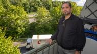 """""""Eine Scheiß-Siedlung"""": Arabul Soner wohnt seit zehn Jahren am Frankfurter Westring."""