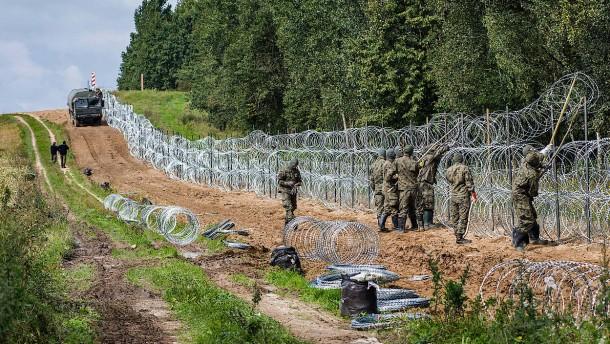 Polnische Grenzschützer gehen mit Tränengas gegen Migranten vor