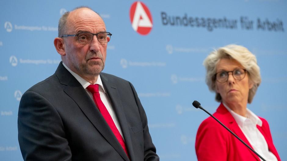 BA-Chef Detlef Scheele neben Finanz-Vorständin Christiane Schönefeld