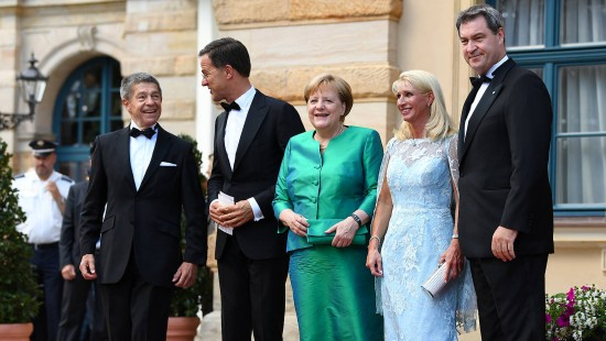 Eröffnung mit Merkel und Protesten