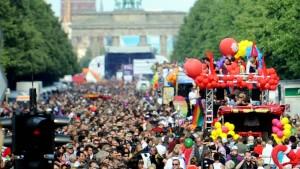 Berliner CSD beginnt mit Gedenkfeier