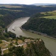 Definitiv sehr deutsch: Die Luftaufnahme zeigt den Rhein im Bereich des Loreleyfelsens bei St. Goar in Rheinland-Pfalz.