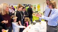 Kostprobe gefällig? Maximilian Busse (vorne) und Daniel Terweiden bieten Besuchern der Bergiusschule ein Häppchen an.