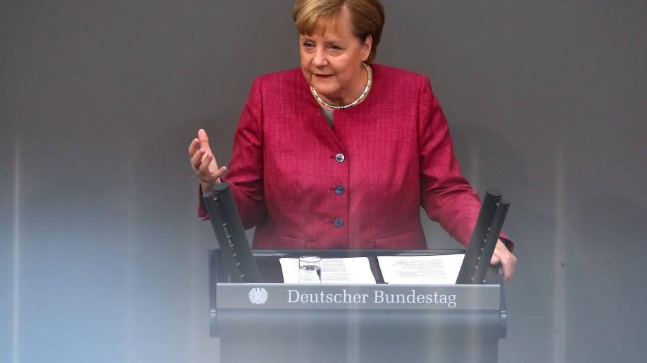 In ihrer Rede im Bundestag wies Kanzlerin nochmals auf das Einhalten der Corona-Maßnahmen hin. Es werde aktuell riskiert, was in den letzten Monaten erreicht worden sei, appellierte sie.