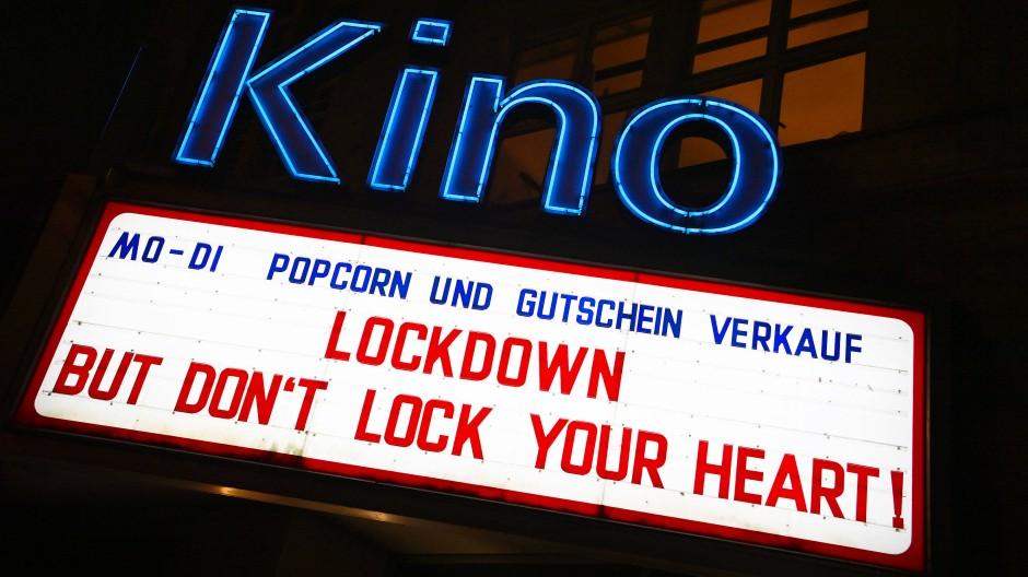 Verschließt im Lockdown nicht eure Herzen: eine Leuchtreklame an einem Kino in Stuttgart
