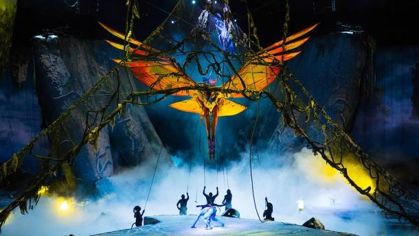 Blauer Drachenreiter fliegt durch die Festhalle