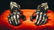Diesem stählernen Handschuh will man lieber nicht in die Finger geraten: Arbeitskleidung für Ritter aus der Zeit um 1490