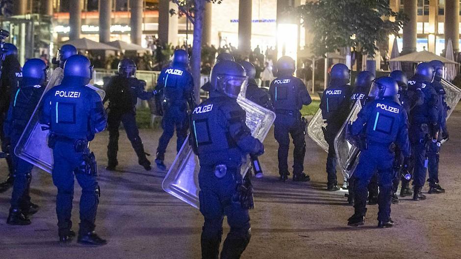 Polizeieinheiten sammelten sich, um gegen Randalierer vorzugehen.