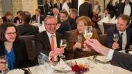 Nach vier Jahrzehnten wird F.A.Z.-Korrespondent Günter Bannas unter anderem von Kanzlerin Angela Merkel und Andrea Nahles in den Ruhestand verabschiedet.