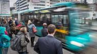 Öffentlich: Immer mehr Personen fahren in Frankfurt mit Bahnen und Bussen.
