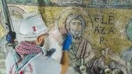 Stein für Stein: Ein Restaurator der Firma Piacenti arbeitet an einem Mosaik in der Geburtskirche