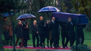 Leichen getöteter Reporter in Paris angekommen