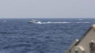Das vom der amerikanischen Marine zur Verfügung gestellte Bild soll die Armada iranischer Boote zeigen.
