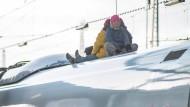 Aktivisten besetzen ICE-Dach