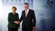Angela Merkel und der Präsident des Bundesnachrichtendienstes Bruno Kahl beim Festakt zum 60-jährigen Bestehen des Dienstes