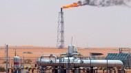Ölförderung in der Wüste von Saudi Arabien