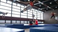 Die Schwerkraft austricksen: Trampolinspringen gehört seit Jahren zum Programm des Frankfurter Hochschulsports.