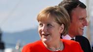 Eine Nation, die auch sieben Jahrzehnte nach dem Zweiten Weltkrieg dem Pazifismus verpflichtet ist: Angela Merkel im Juli mit dem französischen Präsidenten Emmanuel Macron in Triest