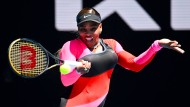 Serena Williams schlägt den Ball in ihrem Match gegen Nina Stojanovic.