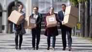 Ein bisschen Post: Die Beschwerdeführer tragen Unterschriften zur Verfassungsbeschwerde gegen das EU-Handelsabkommen mit Singapur zum Bundesverfassungsgericht in Karlsruhe.
