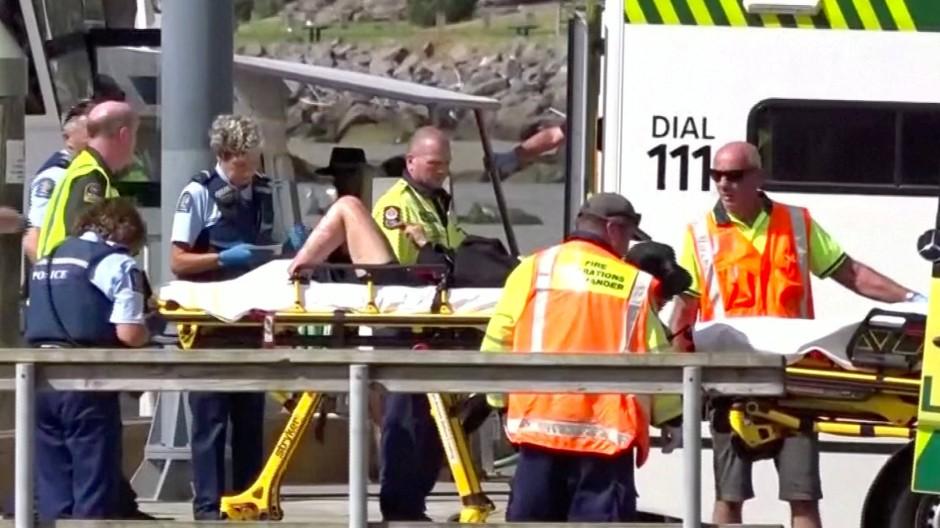 In Whakatane in der Nähe des ausgebrochenen Vulkans werden Verletzte abtransportiert.