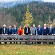 """Gruppenfoto an der """"G-7-Bank"""" von Schloss Elmau bei der Jahreskonferenz der Ministerpräsidenten im Oktober 2019"""