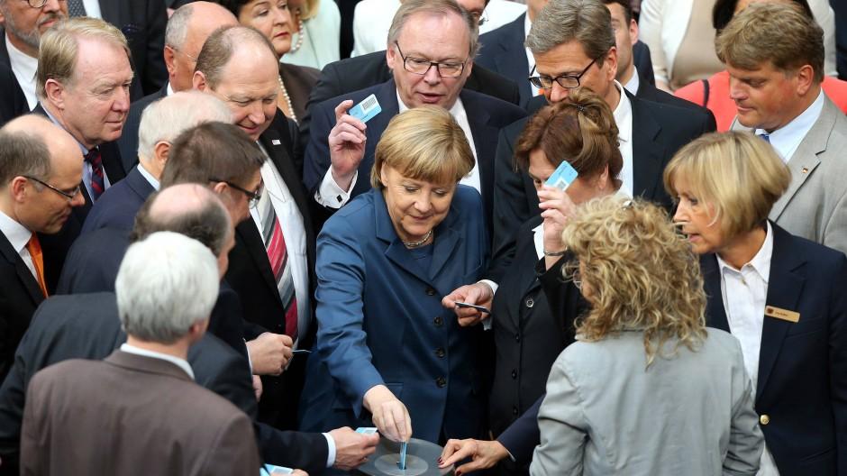 Angela Merkel und die Parlamentarier stimmen im  Bundestag über die Finanzhilfe für Zypern ab