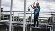 Spurensuche: Ein Mitarbeiter der Kläranlage Büttelborn entnimmt eine Probe.
