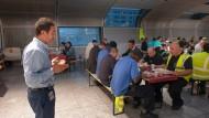 Feierabend: Orhan Öcal kümmert sich bei der Fraport AG um interkulturelle Angelegenheiten und betet beim abendlichen Fastenbrechen vor.