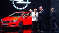 Opel-Chef Neumann und Bundeskanzlerin Angela Merkel präsentieren den neuen Astra auf der IAA im September 2015